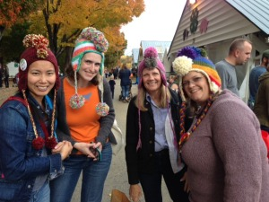 A New Haven Stitch n' Bitch group made pom-pom hats so that they could find each other in the crowd at Rhinebeck.  Smart!  And this crowd loved it.